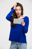 Mujer sorprendente que usa la tableta Fotos de archivo