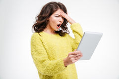 Mujer sorprendente que usa la tableta Imágenes de archivo libres de regalías