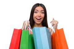Mujer sorprendida asiático después de hacer compras con los bolsos Imagenes de archivo