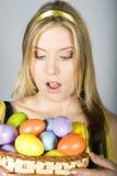 Mujer sorprendida atractiva joven con los huevos de Pascua Imagen de archivo