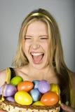 Mujer sorprendida atractiva joven con los huevos de Pascua Imagenes de archivo