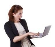 Mujer sorprendida con el ordenador portátil Imagen de archivo libre de regalías
