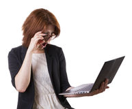 Mujer sorprendida con el ordenador portátil Fotos de archivo libres de regalías