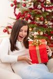 Mujer sorprendida con el regalo de la Navidad Fotos de archivo libres de regalías