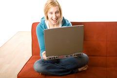 Mujer sorprendida con la computadora portátil Fotografía de archivo libre de regalías