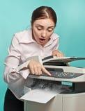 Mujer sorprendida con la copiadora que fuma Imagenes de archivo