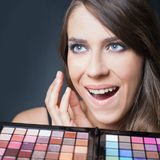 Mujer sorprendida con la paleta colorida para el maquillaje de la moda Imágenes de archivo libres de regalías