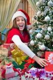 Mujer sorprendida con los regalos de Navidad Foto de archivo