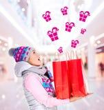Mujer sorprendida con los regalos después de hacer compras al Año Nuevo Fotografía de archivo libre de regalías