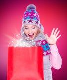 Mujer sorprendida con los regalos después de hacer compras al Año Nuevo Imagen de archivo