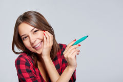 Mujer sorprendida con una pluma Imágenes de archivo libres de regalías