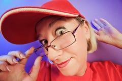 Mujer sorprendida divertida en retrato de los vidrios Foto de archivo
