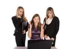 Mujer sorprendida en el ordenador Imagen de archivo libre de regalías