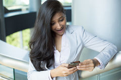 Mujer sorprendida en el teléfono móvil fotos de archivo