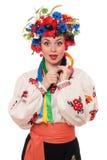 Mujer sorprendida en la ropa nacional ucraniana Imagenes de archivo