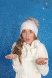 Mujer sorprendida en ropa del invierno con nieve Foto de archivo