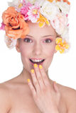 Mujer sorprendida en sombrero de las rosas Imagenes de archivo