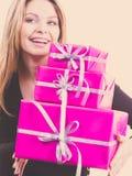 Mujer sorprendida feliz con muchos regalos Fotografía de archivo