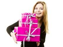 Mujer sorprendida feliz con muchos regalos Foto de archivo libre de regalías