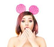 Mujer sorprendida hermosa en los oídos de Mickey Mouse Imágenes de archivo libres de regalías