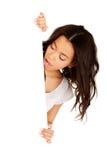 Mujer sorprendida jóvenes con el tablero en blanco Imagen de archivo