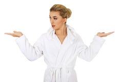 Mujer sorprendida jóvenes después del baño que lleva a cabo algo Foto de archivo