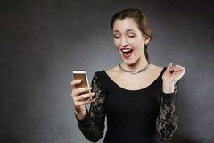 Mujer sorprendida jóvenes que recibe el mensaje de texto Fotos de archivo
