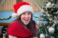 Mujer sorprendida por el árbol de navidad Fotografía de archivo libre de regalías