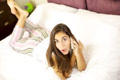 Mujer sorprendida que habla en el teléfono Imagen de archivo