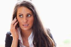 Mujer sorprendida que hace una llamada de teléfono Fotos de archivo