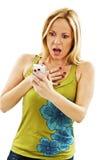 Mujer sorprendida que lee el mensaje de texto impactante del SMS Fotografía de archivo