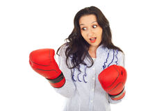 Mujer sorprendida que mira el guante de boxeo Fotos de archivo