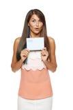 Mujer sorprendida que muestra el sobre en blanco Fotos de archivo libres de regalías