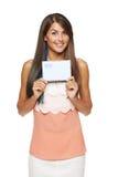 Mujer sorprendida que muestra el sobre en blanco Imagen de archivo libre de regalías