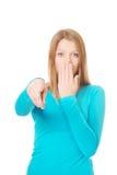 Mujer sorprendida que señala en usted Imagenes de archivo