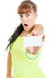 Mujer sorprendida y chocada que muestra la muestra en blanco vacía de la tarjeta de papel Fotografía de archivo libre de regalías