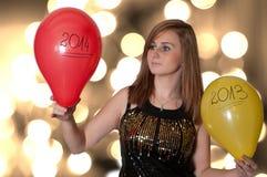 Mujer sosteniendo los globos en Año Nuevo Foto de archivo
