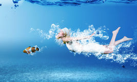 Mujer subacuática Foto de archivo