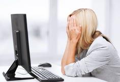 Mujer subrayada con el ordenador Foto de archivo libre de regalías