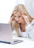 Mujer subrayada con el ordenador portátil Fotografía de archivo libre de regalías