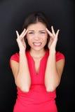 Mujer subrayada con jaqueca de la tensión del dolor de cabeza Foto de archivo