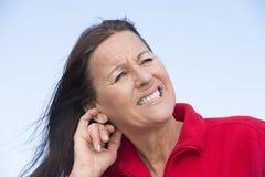 Mujer subrayada preocupante que rasguña el oído fotografía de archivo libre de regalías