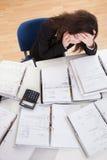 Mujer subrayada que trabaja en oficina Fotos de archivo libres de regalías