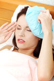 Mujer sufridora con un hielo-malo en su cabeza. Imagenes de archivo