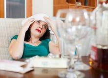 Mujer sufridora que tiene dolor de cabeza Imágenes de archivo libres de regalías