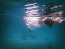 Mujer sumergida parcialmente fotos de archivo