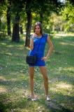 Mujer tímida que presenta en el parque Foto de archivo