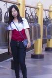 Mujer tailandesa con la campana en Wat Phra That Doi Suthep, Chiangmai tailandés Foto de archivo