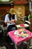 Mujer tailandesa del retrato con el desayuno por mañana en el centro turístico Tailandia Imágenes de archivo libres de regalías