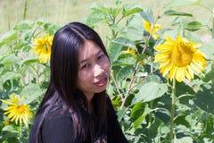Mujer tailandesa del retrato con los girasoles Fotografía de archivo